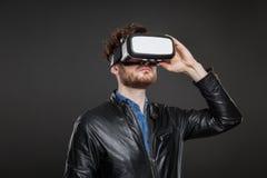 Occhiali di protezione d'uso di realtà virtuale dell'uomo Immagine Stock