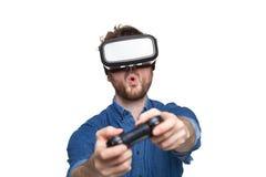 Occhiali di protezione d'uso di realtà virtuale dell'uomo Immagine Stock Libera da Diritti