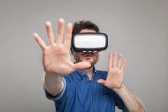 Occhiali di protezione d'uso di realtà virtuale dell'uomo Fotografie Stock
