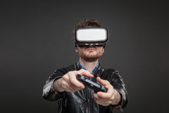 Occhiali di protezione d'uso di realtà virtuale dell'uomo Fotografie Stock Libere da Diritti