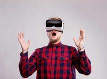Occhiali di protezione d'uso di realtà virtuale dell'uomo Colpo dello studio, backgrou grigio Fotografia Stock Libera da Diritti