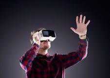Occhiali di protezione d'uso di realtà virtuale dell'uomo Colpo dello studio, backgrou nero Immagine Stock