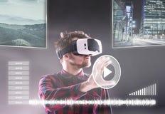 Occhiali di protezione d'uso di realtà virtuale dell'uomo Colpo dello studio, backgrou nero Fotografie Stock Libere da Diritti