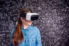 Occhiali di protezione d'uso di realtà virtuale della bella donna contro grande blac Fotografia Stock