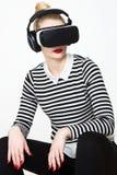 Occhiali di protezione d'uso di realtà virtuale della donna attraente Cuffia avricolare di VR Fotografia Stock Libera da Diritti