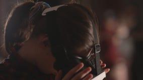 Occhiali di protezione d'uso di realtà virtuale della donna Vetri di VR 360 gradi Cuffia avricolare di realtà virtuale Occhiali d stock footage