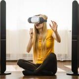Occhiali di protezione d'uso di realtà virtuale della ragazza a casa Fotografia Stock Libera da Diritti