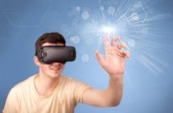 Occhiali di protezione d'uso di realtà virtuale dell'uomo Immagini Stock Libere da Diritti