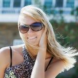 Occhiali di protezione d'uso e sorridere della bella giovane donna Fotografia Stock Libera da Diritti