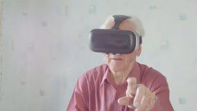 Occhiali di protezione d'uso di realtà virtuale dell'uomo senior stock footage