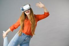Occhiali di protezione d'uso di realtà virtuale della ragazza Fotografia Stock Libera da Diritti