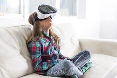 Occhiali di protezione d'uso di realtà virtuale della ragazza Fotografia Stock