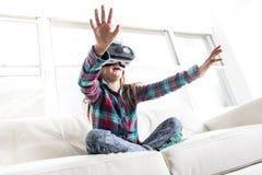 Occhiali di protezione d'uso di realtà virtuale della ragazza Immagine Stock