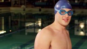 Occhiali di protezione d'uso sorridenti dell'uomo video d archivio
