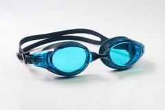 Occhiali di protezione di nuoto su fondo bianco Fotografia Stock