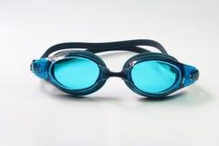 Occhiali di protezione di nuoto su fondo bianco Immagine Stock