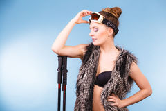 Occhiali di protezione e pali dello sci della tenuta della donna Fotografia Stock