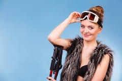 Occhiali di protezione e pali dello sci della tenuta della donna Fotografie Stock Libere da Diritti