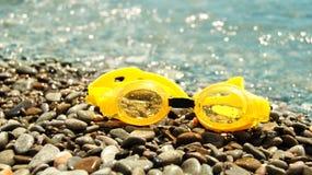 Occhiali di protezione per l'immersione sulla spiaggia Fotografia Stock