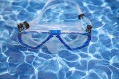 occhiali di protezione in una località di soggiorno all'aperto della piscina fotografia stock
