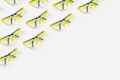 Occhiali di protezione verde intenso su un fondo bianco Modello per la vostra progettazione fotografia stock