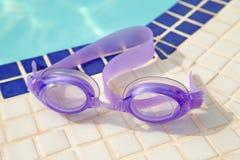 Occhiali di protezione viola di immersione subacquea fotografie stock libere da diritti