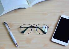Occhiali di vista superiore sulla tavola di legno Fotografie Stock
