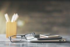 Occhiali e dispositivi fotografia stock libera da diritti