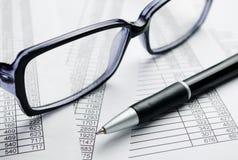 Occhiali e penna sopra le carte di rapporto Immagine Stock Libera da Diritti