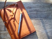 Occhiali, penna e taccuino Immagini Stock Libere da Diritti