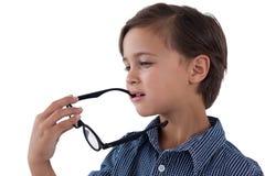 Occhiali premurosi della tenuta del ragazzo Fotografie Stock