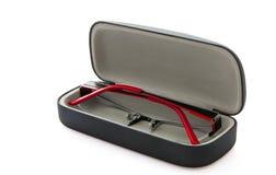 Occhiali rossi neri su fondo bianco sulla scatola aperta Fotografia Stock
