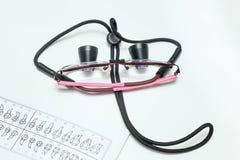 Occhiali speciali su una tavola del ` s del dentista Fotografia Stock