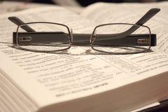 Occhiali su una bibbia Fotografie Stock Libere da Diritti