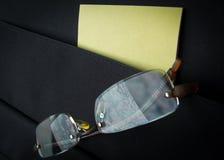 Occhiali in tasca della cartella con le carte Immagini Stock Libere da Diritti