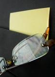 Occhiali in tasca della cartella con le carte Fotografie Stock Libere da Diritti