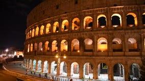Occhiata del Colosseum alla notte, a Roma stock footage
