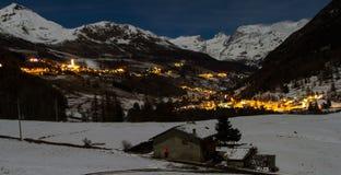 Occhiata delle alpi nella notte Fotografia Stock
