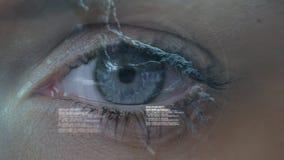 Occhio azzurro che lampeggia con l'animazione del DNA video d archivio