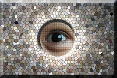 Occhio che guarda attraverso il foro in vetro macchiato Fotografie Stock Libere da Diritti