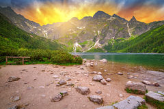 Occhio del lago sea in montagne di Tatra al tramonto Fotografie Stock