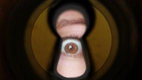 Occhio della donna che guarda attraverso il buco della serratura archivi video