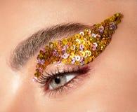 Occhio della donna con il primo piano giallo di trucco degli zecchini immagini stock libere da diritti