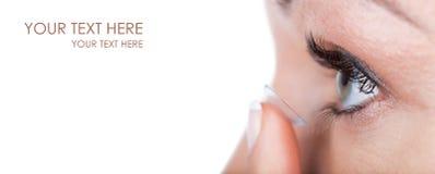 Occhio della donna con l'applicazione della lente a contatto Fotografia Stock Libera da Diritti
