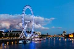 Occhio di Londra e nube enorme su paesaggio urbano di Londra Immagini Stock