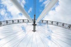Occhio di Londra, ferris ruota bianca, vista di angolo basso Fotografia Stock