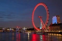 Occhio di Londra, ruota di ferris, illuminata nel rosso alla notte Immagine Stock