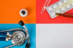 Occhio di sanità o medico di progetto di concetto dell'foto-organo, pillole mediche diagnostiche dello stetoscopio e dei farmaci  fotografie stock libere da diritti