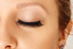 Occhio femminile con i cigli falsi lunghi Estensioni del ciglio, trucco, cosmetici, bellezza immagini stock