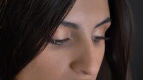 Occhio-ritratto del primo piano di giovane ragazza dai capelli lunghi graziosa in camicia plaided che guarda attentamente verso i immagine stock